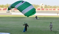 ٢٠١٤٠٤٢٧-٠١٠١٥٣.jpg نادر البلوي احد المشاركين في استعراضات القفز الحر نادر البلوي احد المشاركين في استعراضات القفز الحر